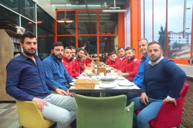 Bilecikspor ve Söğütsporlu oyuncular dostluk yemeğinde buluştu