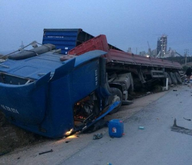 Tır ile kamyonet çarpıştı: 2 yaralı