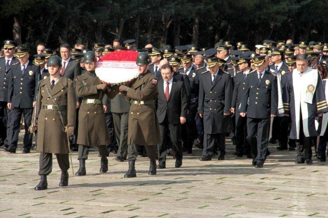 Polisler Ata'nın huzurunda