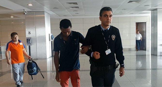 Türkiye'ye giremeyen yolcu havalimanı tuvaletinde kendine zarar verdi