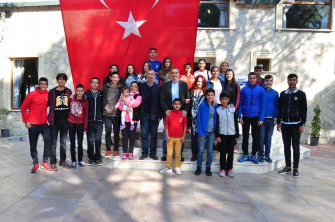 Milli atletler, Başkan Gençer ile buluştu