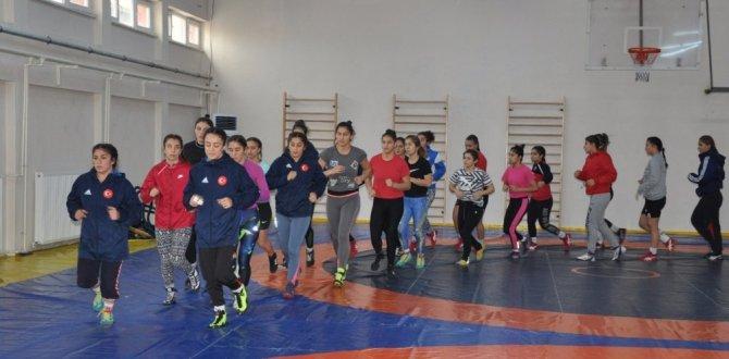 Kadın güreşçiler zirve peşinde