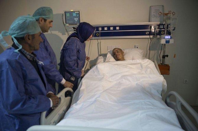 Bakan Kaya, ellerini kaybeden Ağrılı Ramazan'ı ziyaret etti