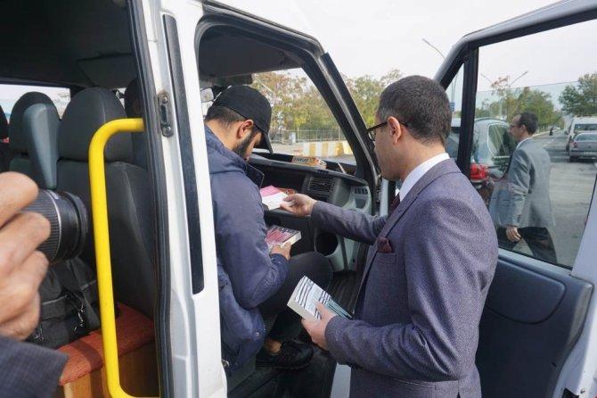 Gercüş'te yolculara kitap hediye edildi