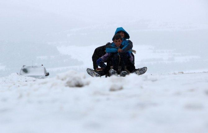 Kar Yağışının Etkili Olduğu Doğu'da Yollar Ulaşıma Kapandı, Çocuklar Karın Tadını Çıkardı ile ilgili görsel sonucu