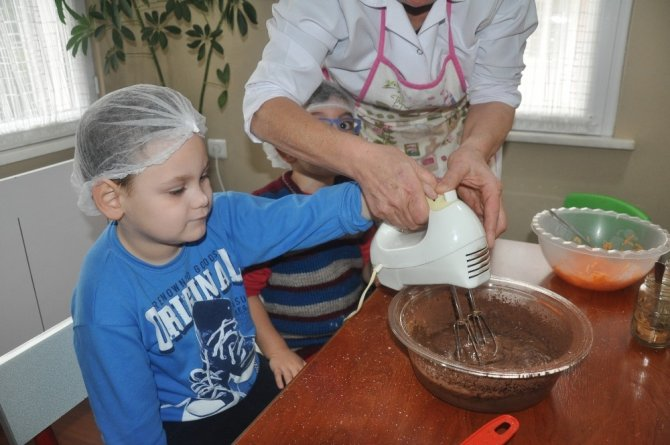 Minik eller engelliler için kek yaptı