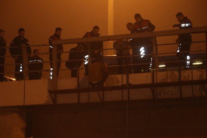 Köprüden atlamaya kalkan şahsı polis kurtardı ile ilgili görsel sonucu