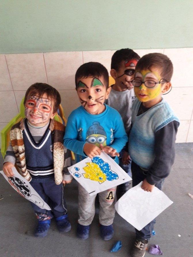 Köy çocuklarının yüzünü güldürdüler