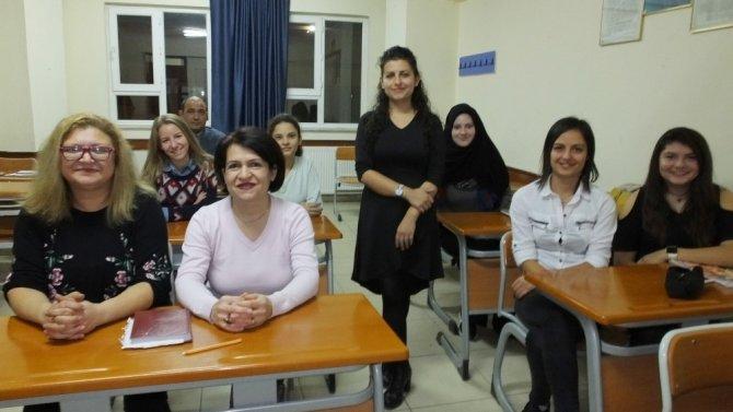 Duymayanlara yardımcı olabilmek için işaret dili öğrendiler