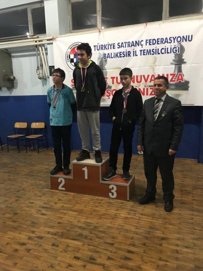 Burhaniye'de Uğur Ortaokulu satranç şampiyonu oldu