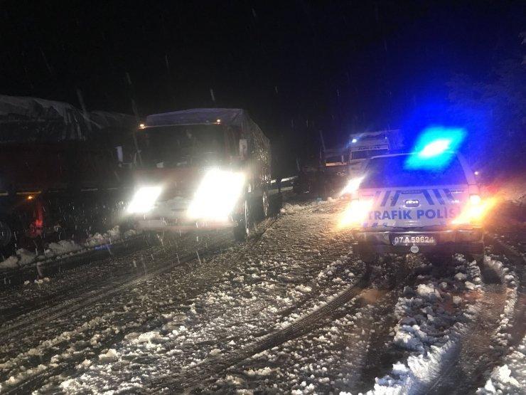 Antalya- Konya karayolunda kar yağışı etkili oluyor