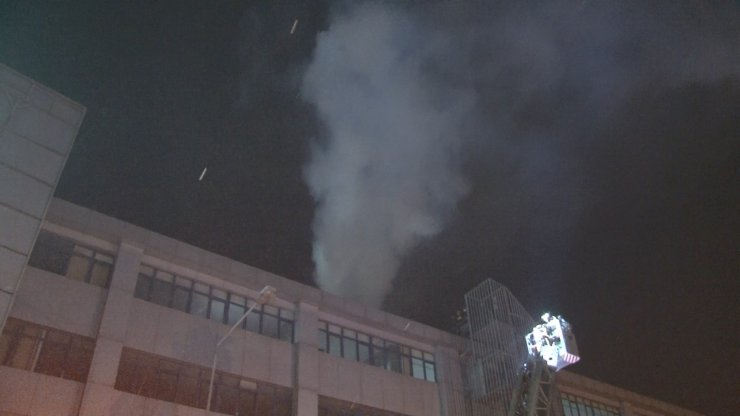 Esenyurt'ta tekstil fabrikasının çatısında yangın