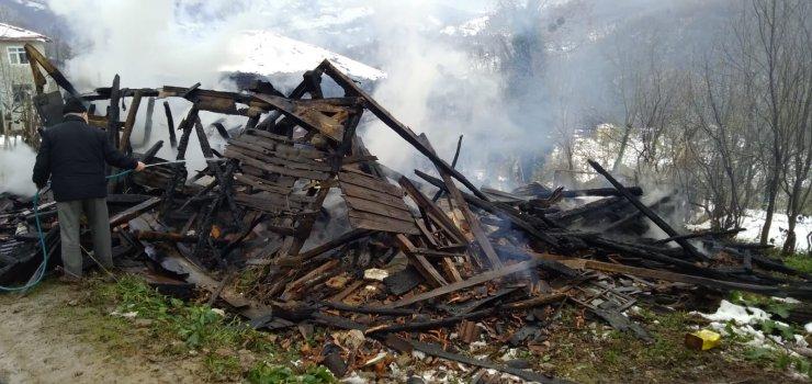 Ahşap ev yandı, 4 büyükbaş hayvan telef oldu
