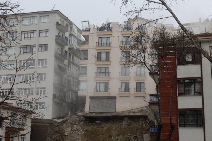 Açelya Apartmanı'nda yıkım sırasında çatlaklar oluştu