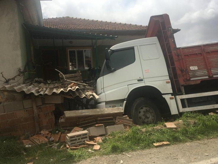 Yoldan çıkan kamyon eve çarptı