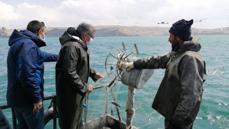 Vali Bilmez, yasak öncesi balıkçılar ile gölden son ağları çekti