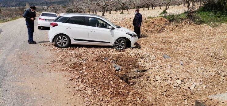 Çukura düşen otomobil kaza yaptı