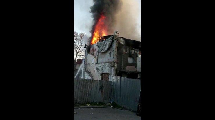 Fatih'te 2 katlı metruk ahşap bina alev alev yandı
