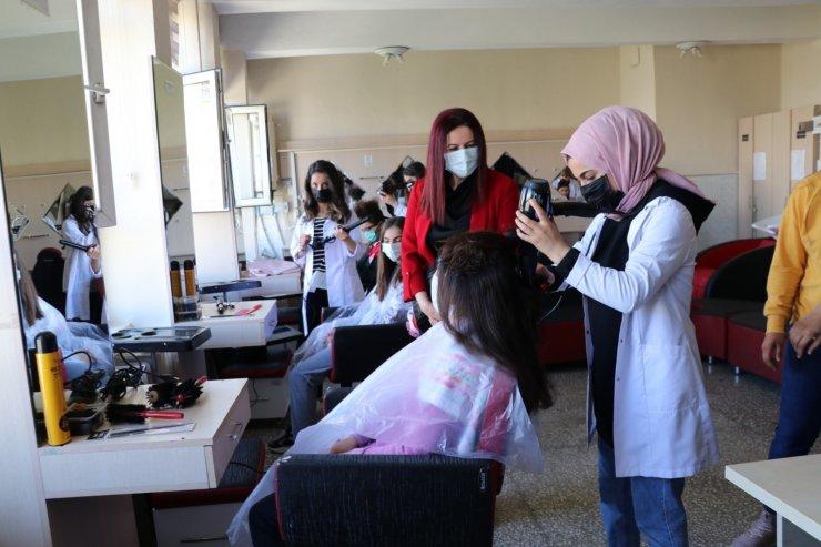 Siirt Valisi Hacıbektaşoğlu'nun eşi Güney Hacıbektaşoğlu'ndan okul ziyareti