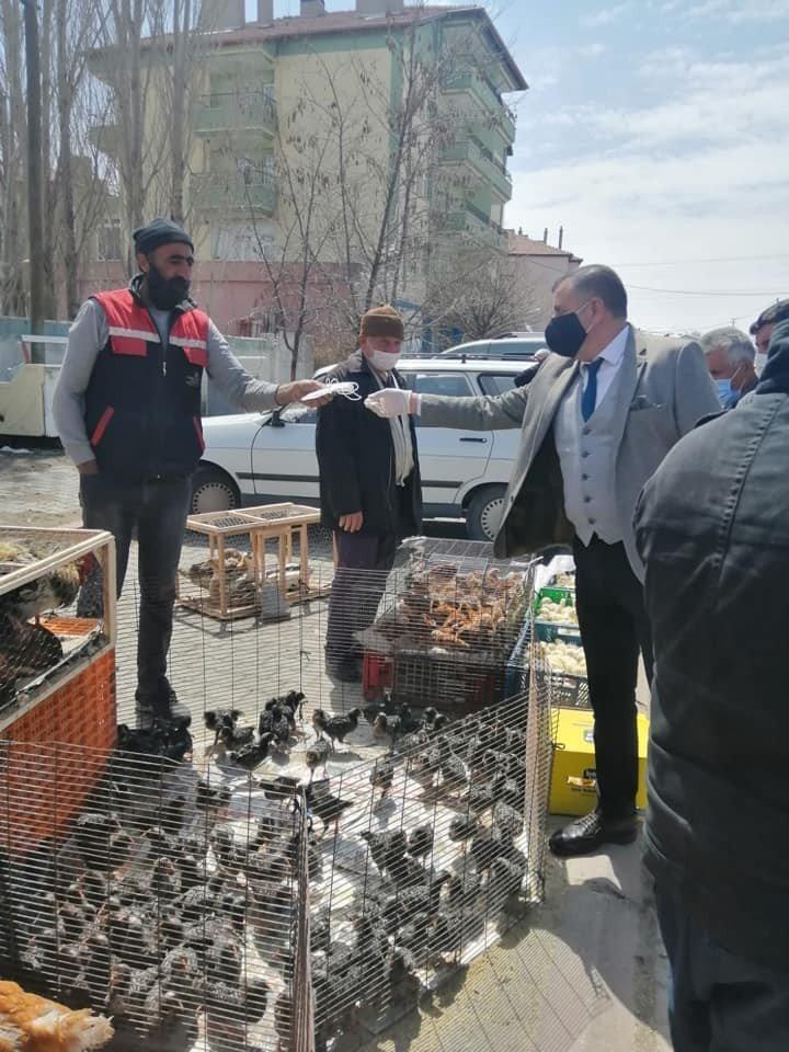 Tomarza'da pazar esnafına maske dağıtıldı