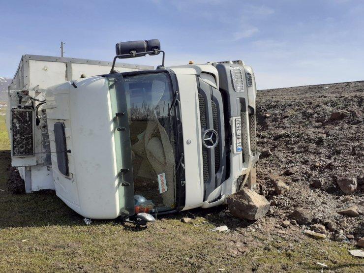 Kamyon şarampole devrildi, sürücü yaralandı