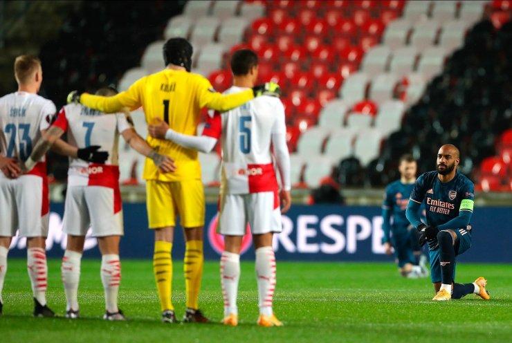 """Arsenalli oyuncular """"Irkçılığa karşı diz çök""""tü!"""