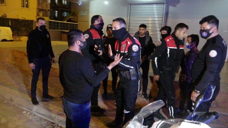 Antalya'da sokağa çıkma kısıtlamasını ihlal eden 2 genç ortalığı karıştırdı