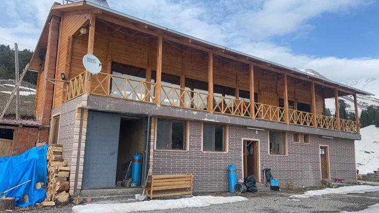 Artvin'deki turistlik yayla evlerinde hayvanat bahçesini aratmayan görüntüler