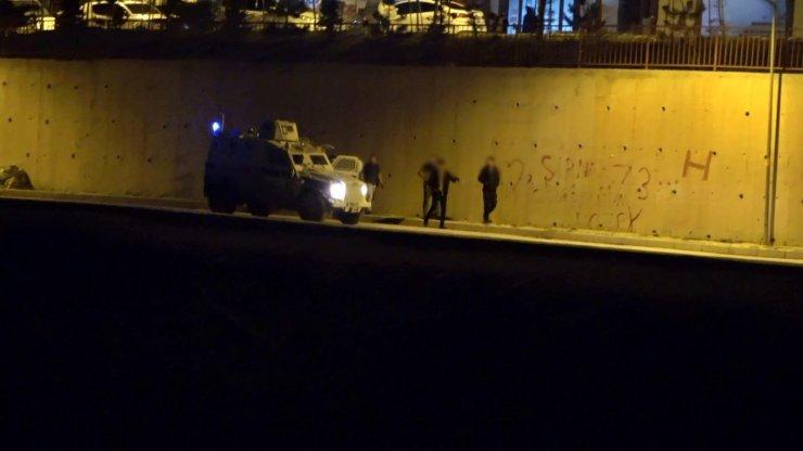 Kısıtlamada dışarıya çıkan vatandaşlar polislerin gelmesi üzerine evlerine kaçtı