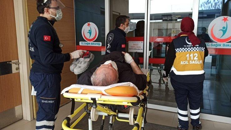 Kamyonetin kasa kapağının çarptığı yaşlı adam yaralandı