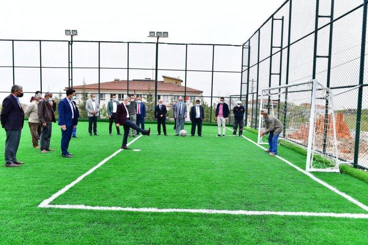 Başkan Çınar, yapımı tamamlanan semt sahasını inceledi
