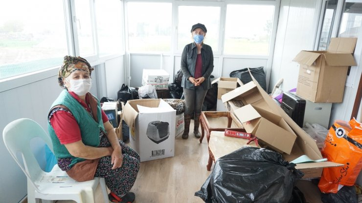 Foça Belediyesinin yerlerinden ettiği yaşlı kadınlar yardım bekliyor