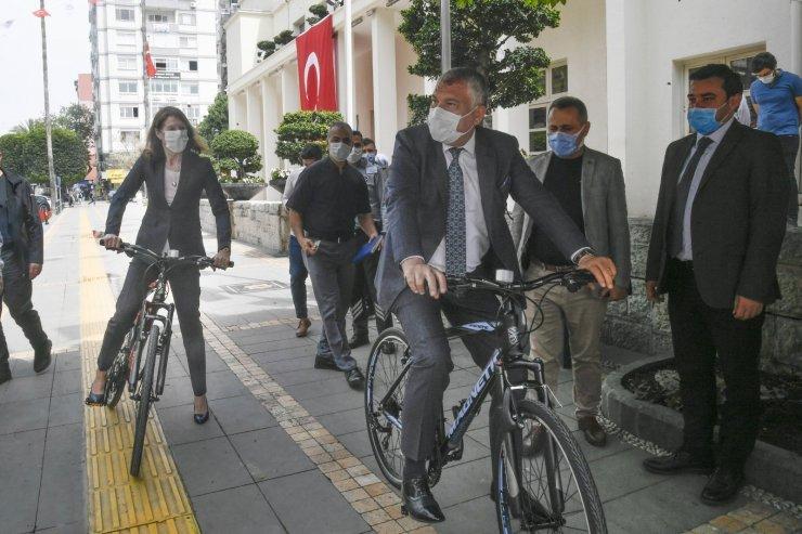 Karalar ve Hollandalı Büyükelçi ile pedal çevirdi