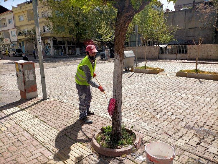 Gölbaşı Belediyesi ağaçları kireçliyor