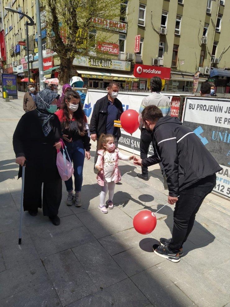 AK Parti Gençlik Kolları Türk Bayrağı ve balon dağıttı