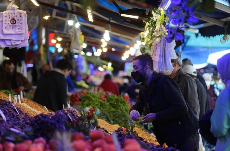 Bursa'da 3 günlük kısıtlama öncesi vatandaşlar pazarlara akın etti