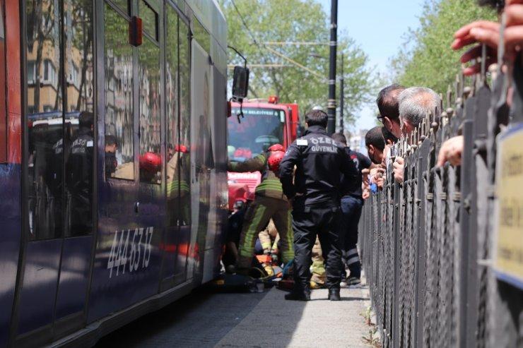 Yolun karşısına geçmek isterken tramvayın altında kaldı