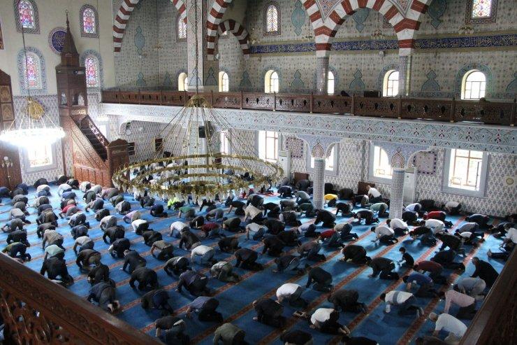 Bingöl'de Cuma namazıyla camiler doldu