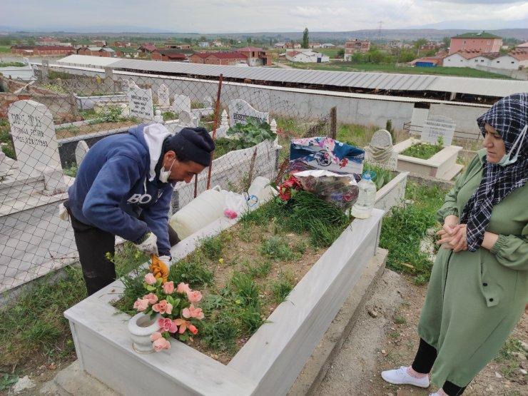 Annesinin ölümüne alışamayan engelli genç, iki yıldır hayaliyle yaşıyor
