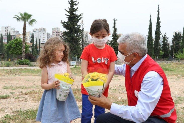 Kızılay anne ve çocuklarına çiçek dağıttı