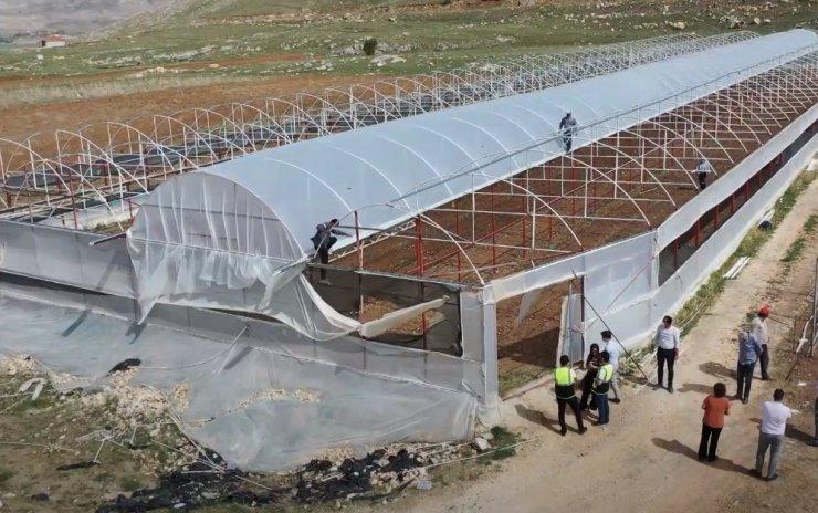 Seraları zarar gören çiftçiye sera naylonu yardımı