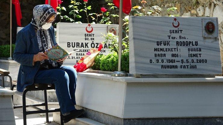Şehit yakınları arife gününden mezarlığa koştu