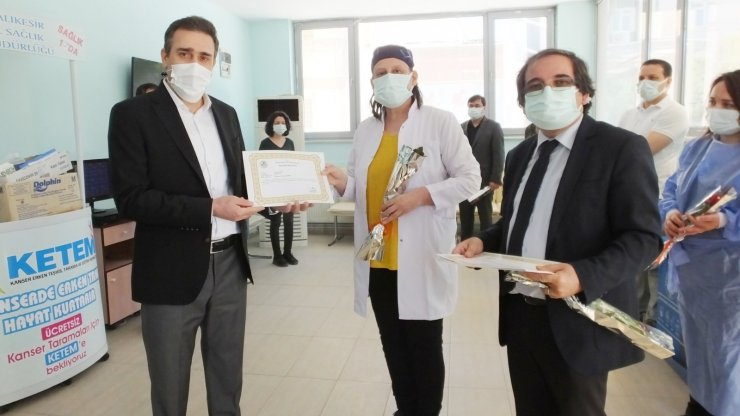 Burhaniye'de Kaymakam Memiş hemşirelere teşekkür belgesi ve gül verdi