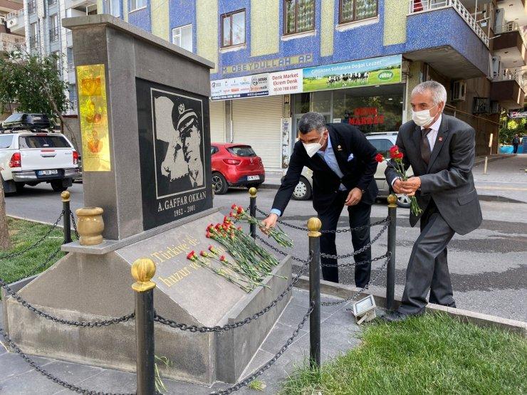 CHP Elazığ Milletvekili Gürsel Erol, şehit emniyet müdürü Okan'ın anıtını ziyaret etti
