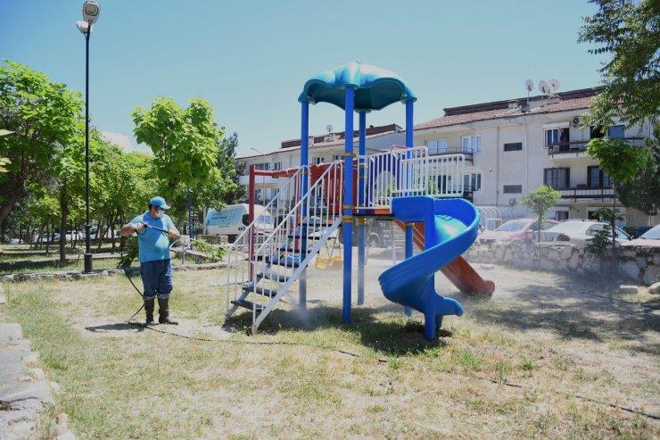 Belediye ekipleri Kuşadası'nı köşe bucak temizliyor