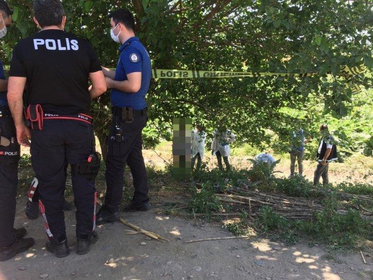 Polis ekipleri, ağaca asılı halde buldu