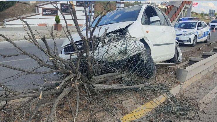 Refüje çarpan aracın alkollü sürücüsü yaralandı