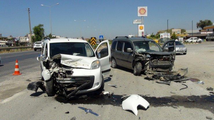 Servis yolundaki kazada araçlar hurdaya döndü, anne ve oğlu yaralandı