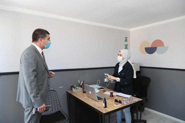 Burdur Belediyesi esnafa 2 bin adet bayrak dağıttı