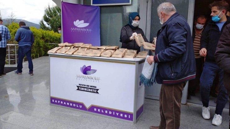 Safranbolu'da cuma namazı sonrası simit ikramı devam ediyor
